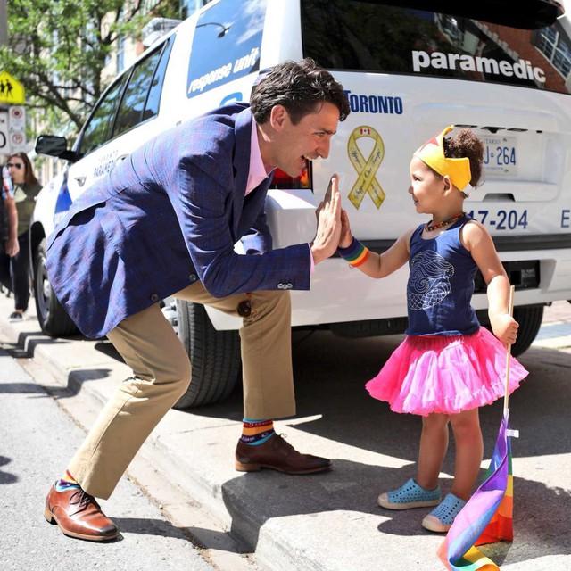 """Chẳng phải trang phục, giờ đây những đôi tất của Thủ tướng Canada mới là thứ người ta muốn """"bóc giá"""" - Ảnh 9."""