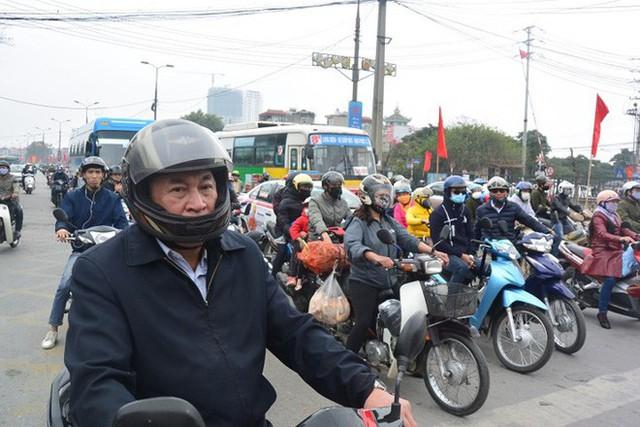 Ảnh: Người dân lỉnh kỉnh đồ đạc trở lại thủ đô sau dịp nghỉ Tết - Ảnh 1.