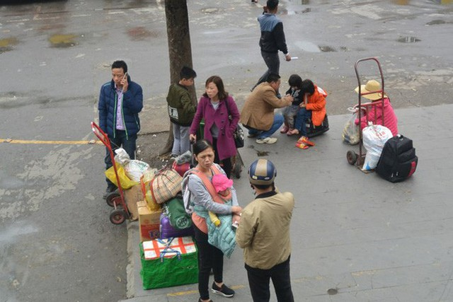 Ảnh: Người dân lỉnh kỉnh đồ đạc trở lại thủ đô sau dịp nghỉ Tết - Ảnh 2.