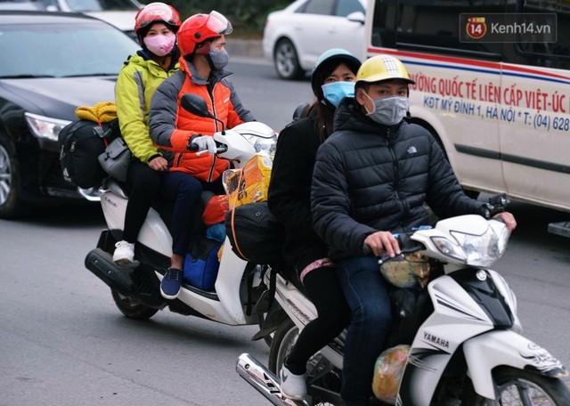 Người dân mang theo hành lí chất trên nóc ô tô, xe máy đổ về Hà Nội và Sài Gòn sau kì nghỉ Tết Nguyên đán kéo dài 1 tuần - Ảnh 2.