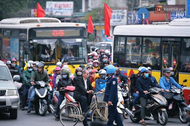 Người dân mang theo hành lí chất trên nóc ô tô, xe máy đổ về Hà Nội và Sài Gòn sau kì nghỉ Tết Nguyên đán kéo dài 1 tuần - Ảnh 11.