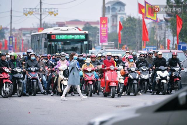 Người dân mang theo hành lí chất trên nóc ô tô, xe máy đổ về Hà Nội và Sài Gòn sau kì nghỉ Tết Nguyên đán kéo dài 1 tuần - Ảnh 12.