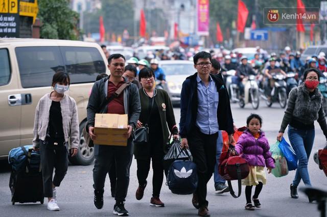 Người dân mang theo hành lí chất trên nóc ô tô, xe máy đổ về Hà Nội và Sài Gòn sau kì nghỉ Tết Nguyên đán kéo dài 1 tuần - Ảnh 14.