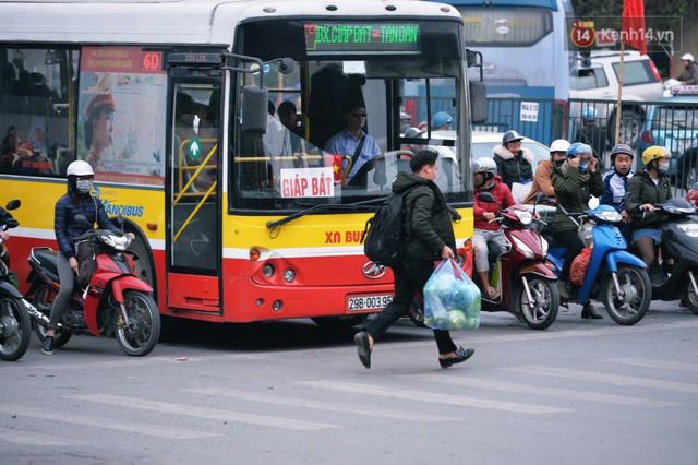 Người dân mang theo hành lí chất trên nóc ô tô, xe máy đổ về Hà Nội và Sài Gòn sau kì nghỉ Tết Nguyên đán kéo dài 1 tuần - Ảnh 15.