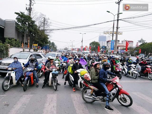 Người dân mang theo hành lí chất trên nóc ô tô, xe máy đổ về Hà Nội và Sài Gòn sau kì nghỉ Tết Nguyên đán kéo dài 1 tuần - Ảnh 16.
