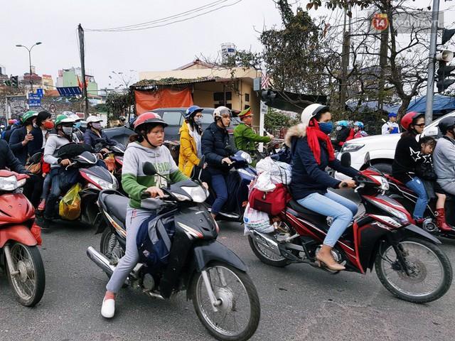 Người dân mang theo hành lí chất trên nóc ô tô, xe máy đổ về Hà Nội và Sài Gòn sau kì nghỉ Tết Nguyên đán kéo dài 1 tuần - Ảnh 17.
