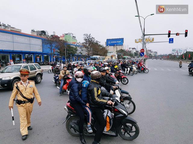 Người dân mang theo hành lí chất trên nóc ô tô, xe máy đổ về Hà Nội và Sài Gòn sau kì nghỉ Tết Nguyên đán kéo dài 1 tuần - Ảnh 18.