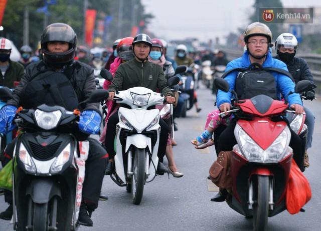 Người dân mang theo hành lí chất trên nóc ô tô, xe máy đổ về Hà Nội và Sài Gòn sau kì nghỉ Tết Nguyên đán kéo dài 1 tuần - Ảnh 19.