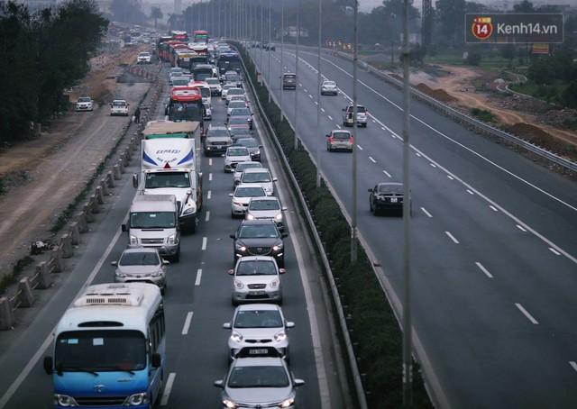 Người dân mang theo hành lí chất trên nóc ô tô, xe máy đổ về Hà Nội và Sài Gòn sau kì nghỉ Tết Nguyên đán kéo dài 1 tuần - Ảnh 20.
