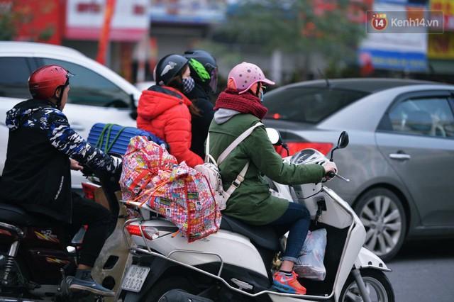 Người dân mang theo hành lí chất trên nóc ô tô, xe máy đổ về Hà Nội và Sài Gòn sau kì nghỉ Tết Nguyên đán kéo dài 1 tuần - Ảnh 3.