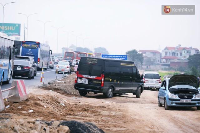 Người dân mang theo hành lí chất trên nóc ô tô, xe máy đổ về Hà Nội và Sài Gòn sau kì nghỉ Tết Nguyên đán kéo dài 1 tuần - Ảnh 21.