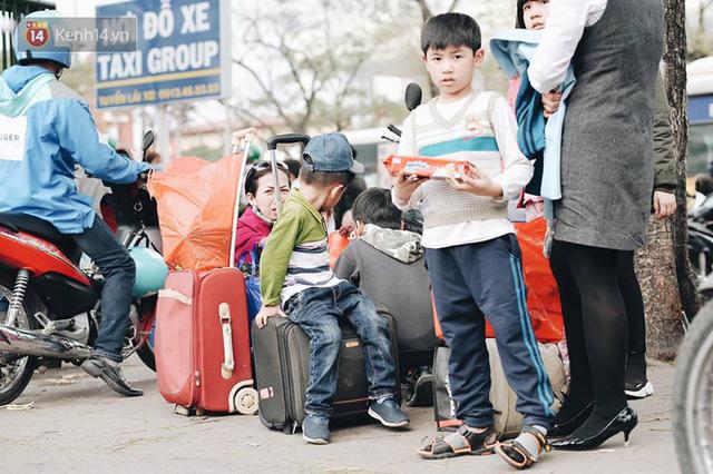 Người dân mang theo hành lí chất trên nóc ô tô, xe máy đổ về Hà Nội và Sài Gòn sau kì nghỉ Tết Nguyên đán kéo dài 1 tuần - Ảnh 22.