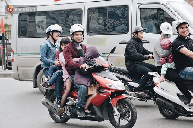 Người dân mang theo hành lí chất trên nóc ô tô, xe máy đổ về Hà Nội và Sài Gòn sau kì nghỉ Tết Nguyên đán kéo dài 1 tuần - Ảnh 23.