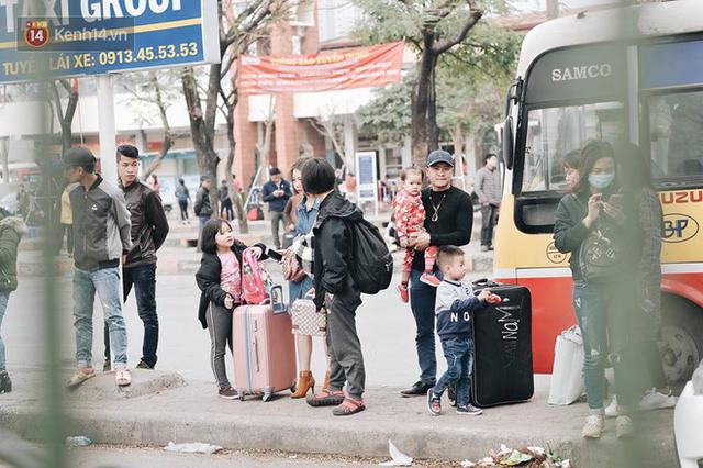 Người dân mang theo hành lí chất trên nóc ô tô, xe máy đổ về Hà Nội và Sài Gòn sau kì nghỉ Tết Nguyên đán kéo dài 1 tuần - Ảnh 24.