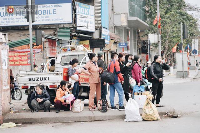 Người dân mang theo hành lí chất trên nóc ô tô, xe máy đổ về Hà Nội và Sài Gòn sau kì nghỉ Tết Nguyên đán kéo dài 1 tuần - Ảnh 25.