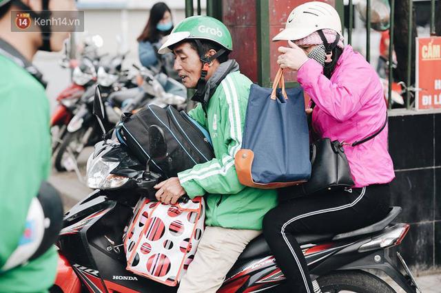 Người dân mang theo hành lí chất trên nóc ô tô, xe máy đổ về Hà Nội và Sài Gòn sau kì nghỉ Tết Nguyên đán kéo dài 1 tuần - Ảnh 26.