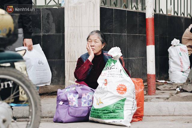 Người dân mang theo hành lí chất trên nóc ô tô, xe máy đổ về Hà Nội và Sài Gòn sau kì nghỉ Tết Nguyên đán kéo dài 1 tuần - Ảnh 27.
