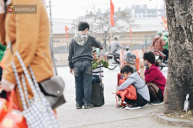 Người dân mang theo hành lí chất trên nóc ô tô, xe máy đổ về Hà Nội và Sài Gòn sau kì nghỉ Tết Nguyên đán kéo dài 1 tuần - Ảnh 29.