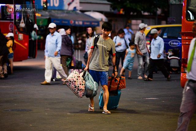 Người dân mang theo hành lí chất trên nóc ô tô, xe máy đổ về Hà Nội và Sài Gòn sau kì nghỉ Tết Nguyên đán kéo dài 1 tuần - Ảnh 30.