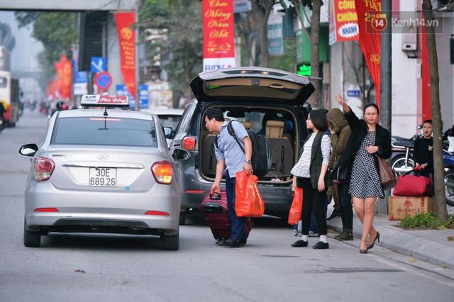 Người dân mang theo hành lí chất trên nóc ô tô, xe máy đổ về Hà Nội và Sài Gòn sau kì nghỉ Tết Nguyên đán kéo dài 1 tuần - Ảnh 4.