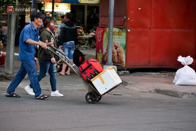 Người dân mang theo hành lí chất trên nóc ô tô, xe máy đổ về Hà Nội và Sài Gòn sau kì nghỉ Tết Nguyên đán kéo dài 1 tuần - Ảnh 31.