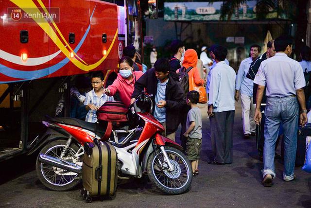 Người dân mang theo hành lí chất trên nóc ô tô, xe máy đổ về Hà Nội và Sài Gòn sau kì nghỉ Tết Nguyên đán kéo dài 1 tuần - Ảnh 33.