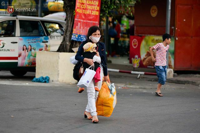 Người dân mang theo hành lí chất trên nóc ô tô, xe máy đổ về Hà Nội và Sài Gòn sau kì nghỉ Tết Nguyên đán kéo dài 1 tuần - Ảnh 34.