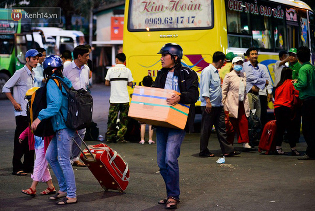Người dân mang theo hành lí chất trên nóc ô tô, xe máy đổ về Hà Nội và Sài Gòn sau kì nghỉ Tết Nguyên đán kéo dài 1 tuần - Ảnh 35.