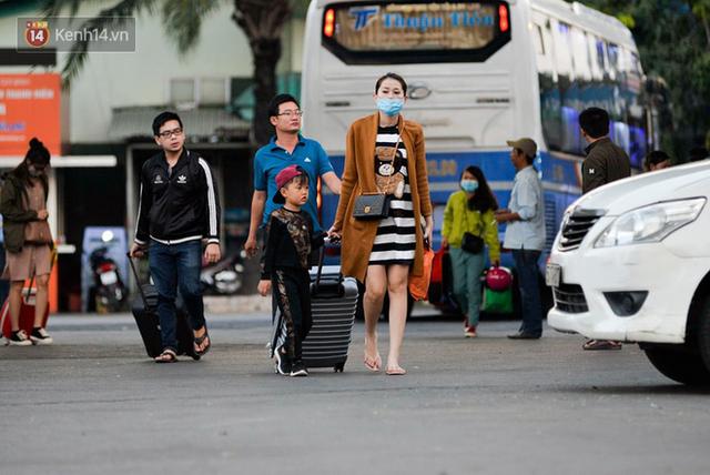 Người dân mang theo hành lí chất trên nóc ô tô, xe máy đổ về Hà Nội và Sài Gòn sau kì nghỉ Tết Nguyên đán kéo dài 1 tuần - Ảnh 36.
