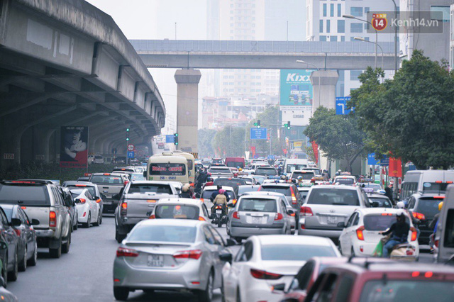 Người dân mang theo hành lí chất trên nóc ô tô, xe máy đổ về Hà Nội và Sài Gòn sau kì nghỉ Tết Nguyên đán kéo dài 1 tuần - Ảnh 6.