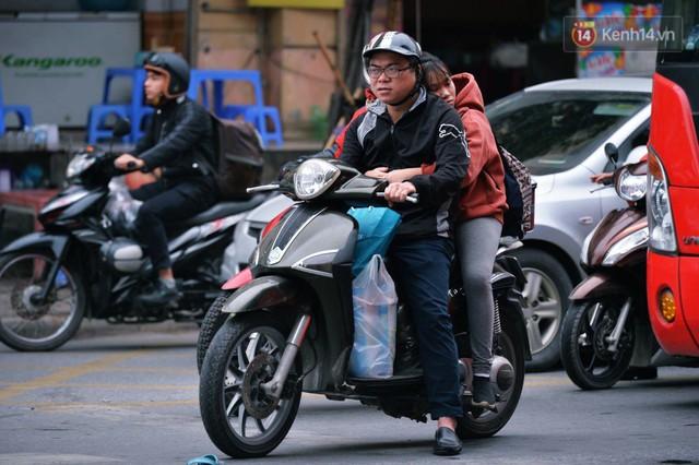 Người dân mang theo hành lí chất trên nóc ô tô, xe máy đổ về Hà Nội và Sài Gòn sau kì nghỉ Tết Nguyên đán kéo dài 1 tuần - Ảnh 8.