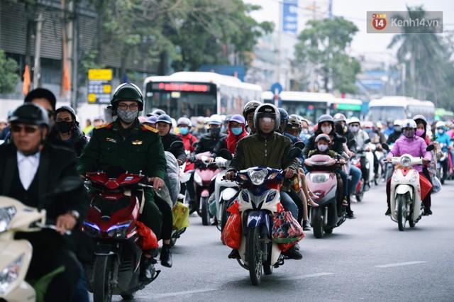 Người dân mang theo hành lí chất trên nóc ô tô, xe máy đổ về Hà Nội và Sài Gòn sau kì nghỉ Tết Nguyên đán kéo dài 1 tuần - Ảnh 10.