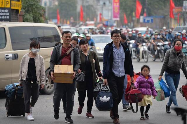 """Ngày cuối kỳ nghỉ Tết, nhiều người """"tay xách nách mang"""" đồ đạc về Thủ đô - Ảnh 10."""