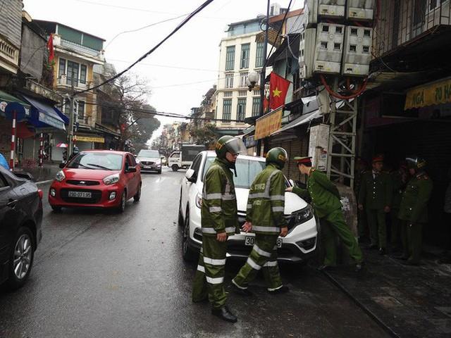 Quận Hoàn Kiếm ra quân lập lại trật tự vỉa hè trong ngày làm việc đầu tiên của năm mới - Ảnh 1.
