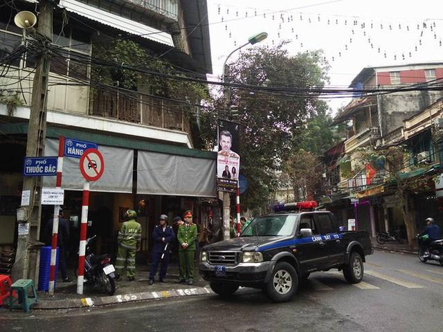 Quận Hoàn Kiếm ra quân lập lại trật tự vỉa hè trong ngày làm việc đầu tiên của năm mới - Ảnh 2.