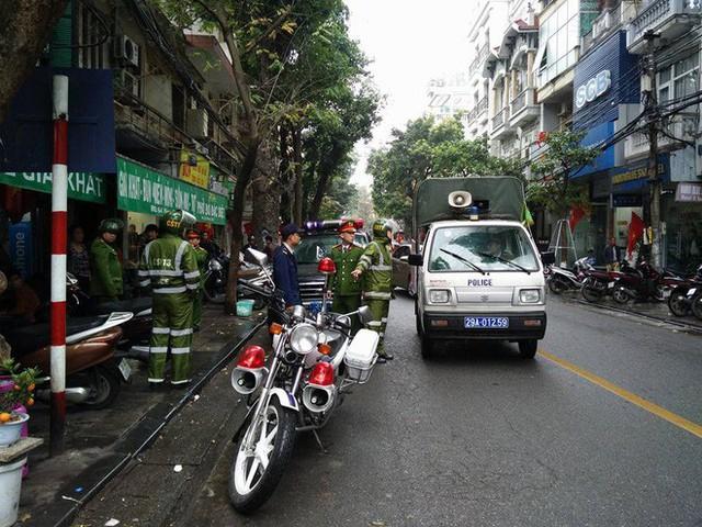 Quận Hoàn Kiếm ra quân lập lại trật tự vỉa hè trong ngày làm việc đầu tiên của năm mới - Ảnh 3.