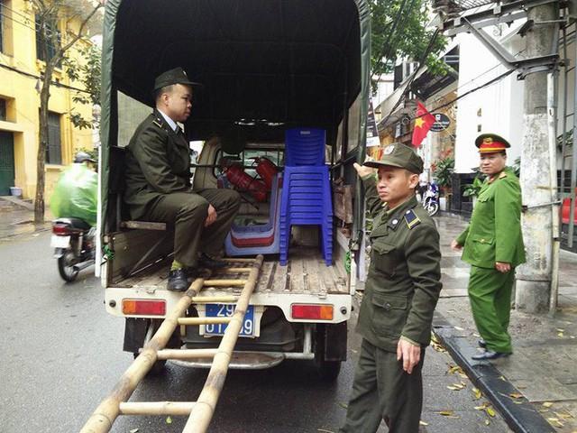 Quận Hoàn Kiếm ra quân lập lại trật tự vỉa hè trong ngày làm việc đầu tiên của năm mới - Ảnh 6.