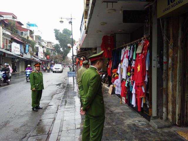 Quận Hoàn Kiếm ra quân lập lại trật tự vỉa hè trong ngày làm việc đầu tiên của năm mới - Ảnh 7.