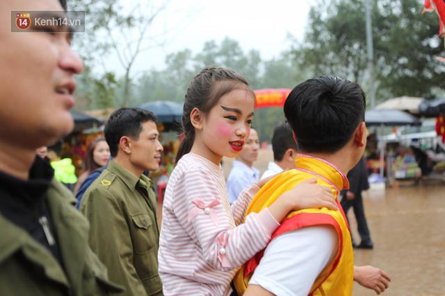 Tướng bà 12 tuổi được kiệu rước, bảo vệ để không bị bắt cóc ở hội Gióng - Ảnh 8.