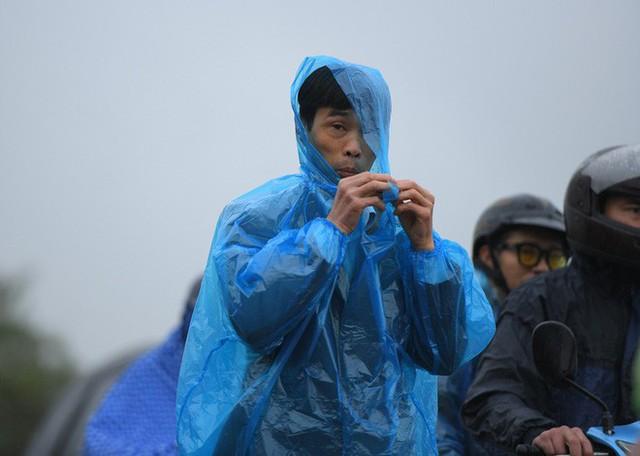 Ảnh: Tắc đường dài 3km, người dân ùn ùn đội mưa đi bộ vào chợ Viềng - Ảnh 2.