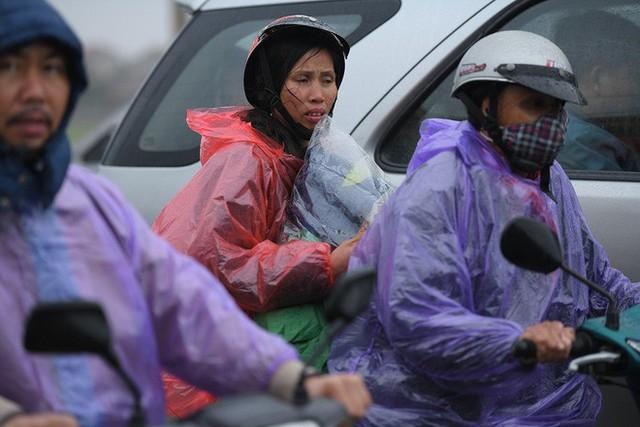 Ảnh: Tắc đường dài 3km, người dân ùn ùn đội mưa đi bộ vào chợ Viềng - Ảnh 11.