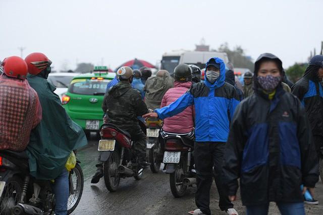Ảnh: Tắc đường dài 3km, người dân ùn ùn đội mưa đi bộ vào chợ Viềng - Ảnh 13.