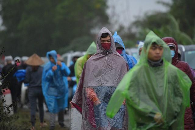 Ảnh: Tắc đường dài 3km, người dân ùn ùn đội mưa đi bộ vào chợ Viềng - Ảnh 3.