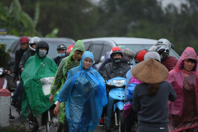 Ảnh: Tắc đường dài 3km, người dân ùn ùn đội mưa đi bộ vào chợ Viềng - Ảnh 5.
