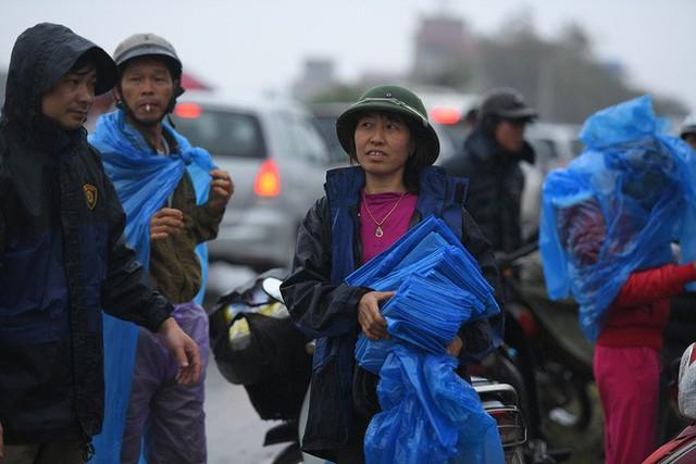 Ảnh: Tắc đường dài 3km, người dân ùn ùn đội mưa đi bộ vào chợ Viềng - Ảnh 7.