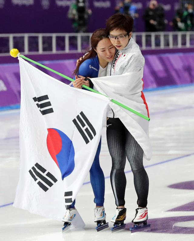 VĐV Nhật Bản bỏ ăn mừng để vỗ về, an ủi đối thủ Hàn Quốc đang khóc nức nở - Ảnh 2.