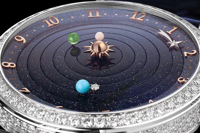 Chiêm ngưỡng cỗ máy thời gian chứa cả bầu trời đêm lung linh - Món trang sức ấn tượng dành cho các quý cô thời thượng - Ảnh 2.