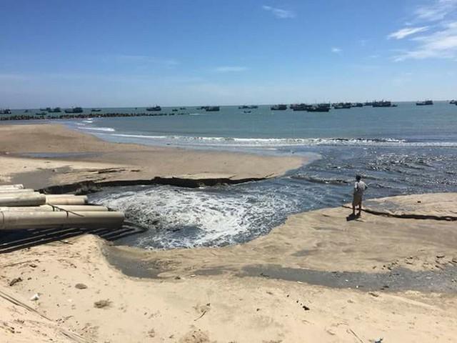 Xác minh nguồn nước thải đen ngòm xả trực tiếp ra biển La Gi - Ảnh 2.