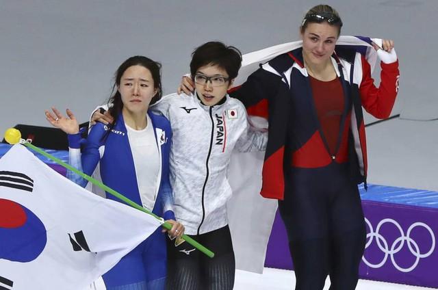 VĐV Nhật Bản bỏ ăn mừng để vỗ về, an ủi đối thủ Hàn Quốc đang khóc nức nở - Ảnh 3.