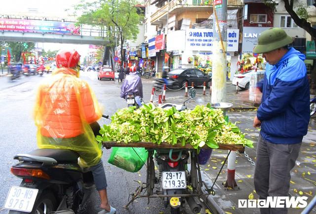 Hoa bưởi đầu mùa, giá tới 300.000 đồng/kg vẫn hút khách Hà Nội - Ảnh 1.
